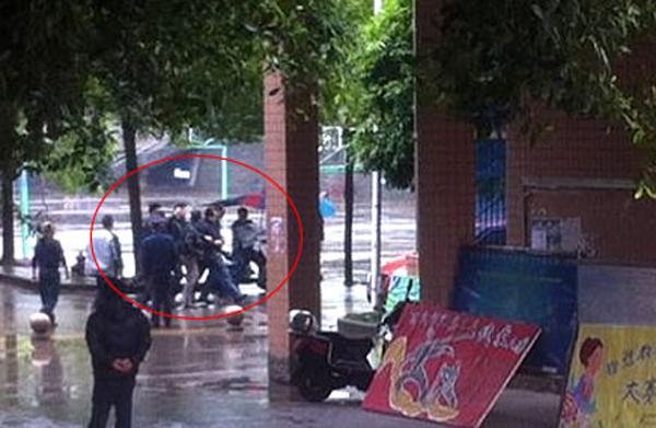 """女孩 宜宾/""""猥琐男""""在学校内被保卫人员抓住。图片由当事人提供"""