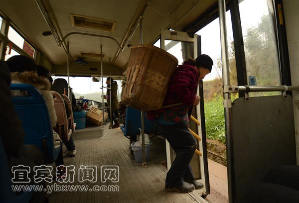 宜宾 李庄 喻熹/有许多居民会在宜宾至李庄的途中上下车。记者喻熹摄