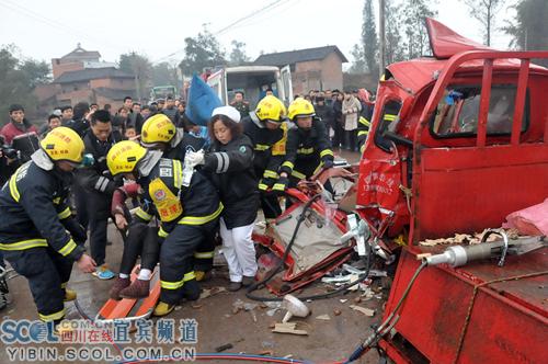 宜宾/消防官兵分析,由于三轮车车内空间较小,发生碰撞以后内部设施...