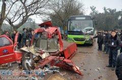 宜宾/宜宾:三轮车与公交车迎面相撞造成两人重伤
