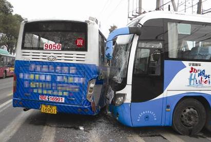 宜昌/刚做完修理的旅游大巴从小路驶向主干道时,径直撞上正停车上下...