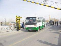 伊犁河大桥通行公交车(图)