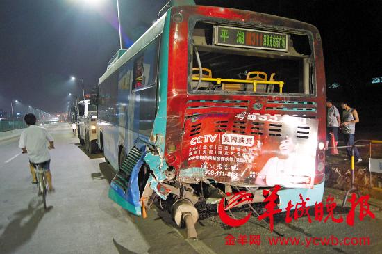 深圳公交车下客遭超载泥头车追尾11名乘客受伤(图)