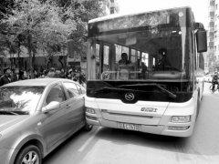 沈阳:下车时被公交车门夹住 他拽司机衣领理论