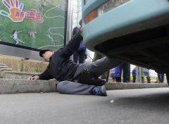沈阳一残疾人称被公交司机推下车