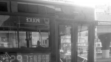 昨日下午,沈阳一辆297路公交车停靠在铁路中学站,一名男子与当时开车的司机发生争执,最后闹到了派出所。北国网、辽沈晚报记者 白爽 摄
