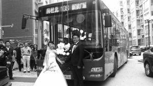 """■新郎黄栋说,其实他和清清当年一个在铁一中上学,一个在铁二中,他们的同学们也有互相认识的,没想到公交车成就了他们的姻缘。""""这就是缘分吧!"""""""