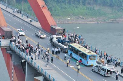 周瑜/12日下午,宜宾一公交燃烧。周瑜原摄