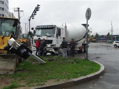 哈尔滨一水泥罐车与公交相撞 公交车内2人受轻伤高清图片