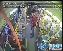 泉州一乘客要下车遭拒殴打司机 致公交撞上小