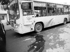 醉汉持刀当街砍伤公交司机  事发武威路甘农厂车
