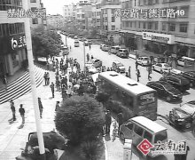 云南楚雄公交车连撞7车致1死1伤(组图)
