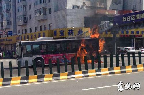 哈尔滨市一112路公交车自燃 无人受伤高清图片