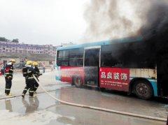 长沙举行公交车反恐防暴演练 消防十分钟灭火灾