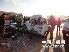 内蒙�呼伦�尔公交车与�包车相撞致2死6伤
