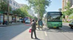 """榆林城区私家车停错位 公交车只能""""另辟蹊径"""""""