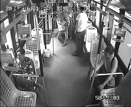 图为罗师傅正背残疾乘客下车。 (视频截图)