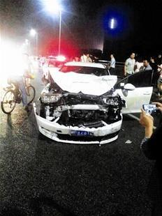 三江/小车撞向相向行驶的公交车,车头损毁较严重。