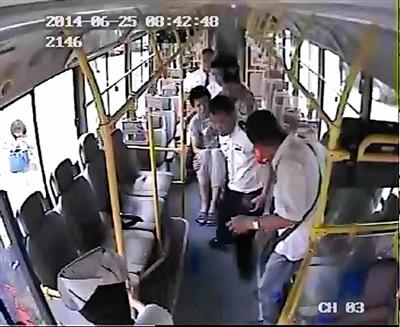 乘客突发病 天津滨海新区518路公交车变救护车高清图片
