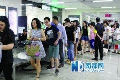 """深圳地铁所有车站""""逢包必检"""" 多个车站排长龙"""