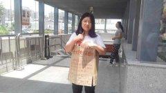 深圳地铁1号线坪洲站女大学生剪刀架脖子讨薪