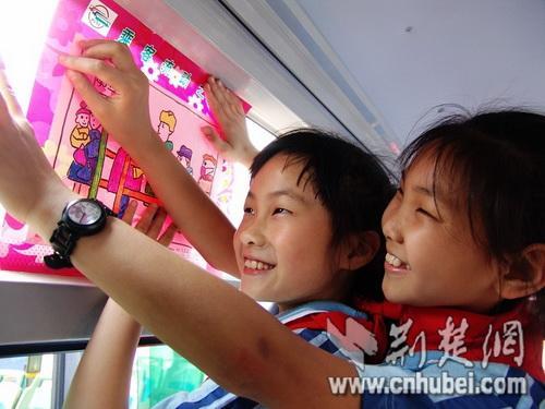宜昌/少年儿童在车厢内张贴自己创作的文明画报