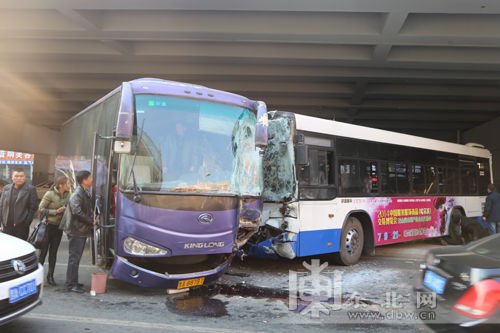 哈尔滨发生5车连续相撞交通事故 一辆72路公交车与大客车相撞.-哈尔高清图片
