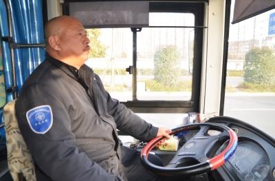 扬州公交车上 一老太突晕倒 40多乘客 快开到医高清图片