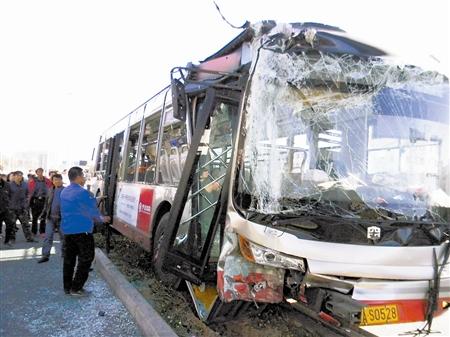 天津一公交车失控撞上人行天桥桥墩 20多名乘客高清图片