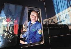 京港澳高速宝马车起火 公交司售人员砸窗救人获