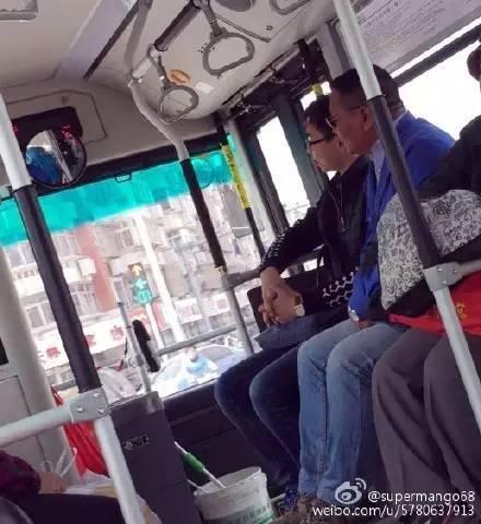 斗气 玩手机 天津网友吐槽公交车高清图片