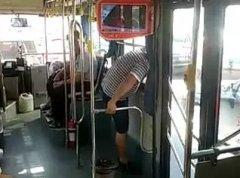 一言不合就跳公交车?福州奇葩男钻车窗被卡