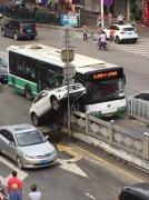 广州奔驰司机把车开成了这样:和公交车抢道 刹