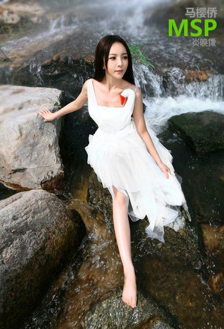 甜美公主MM小天鹅河谷中戏水