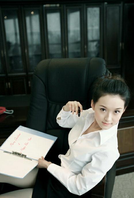 办公室里的靓丽可爱秘书