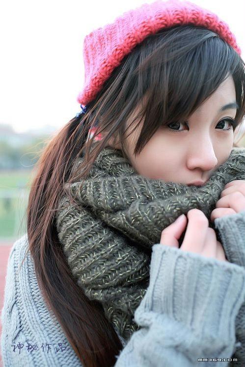 冬日清晨校园里漫步的MM