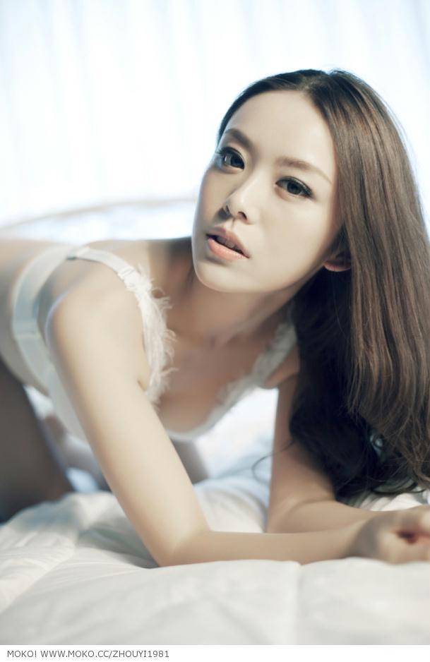 美女模特周毅乳白色写真
