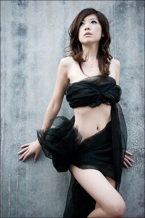 性感美女黑丝抹胸户外写真