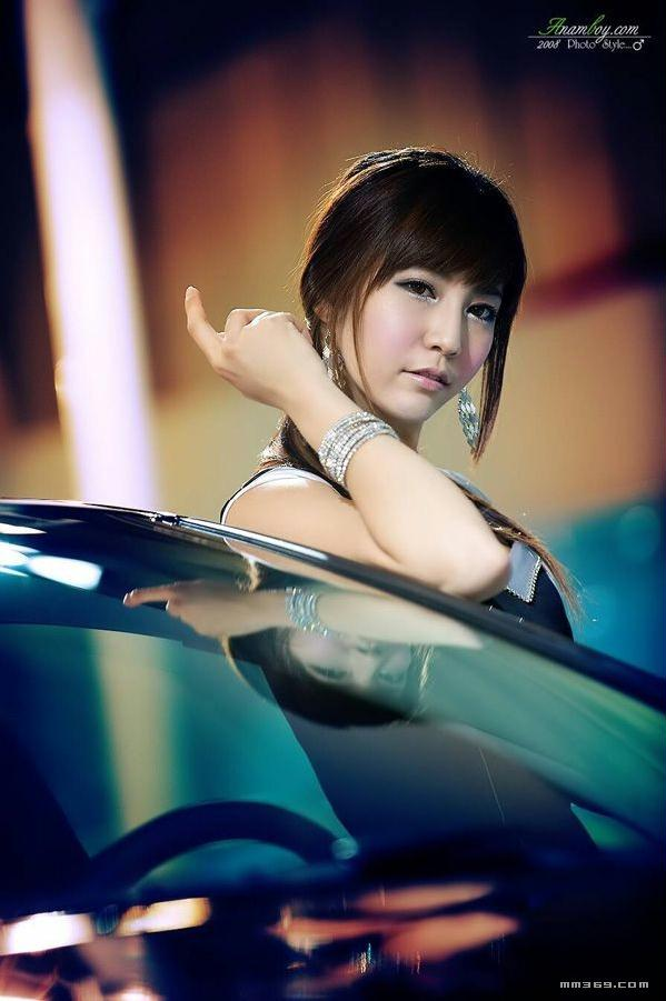 眼睛超大的韩国美女车模