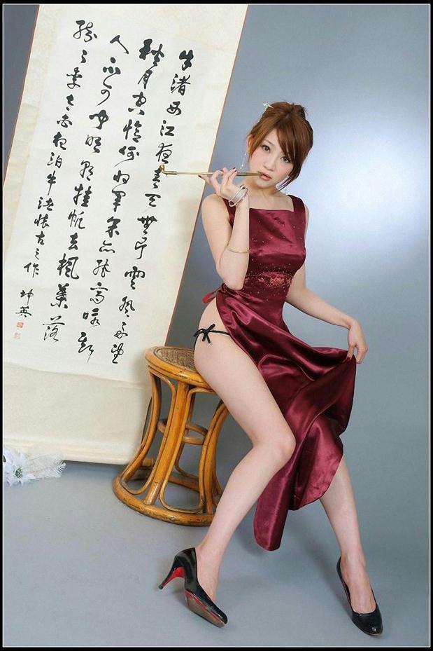 气质女郎红色旗袍装露美臀