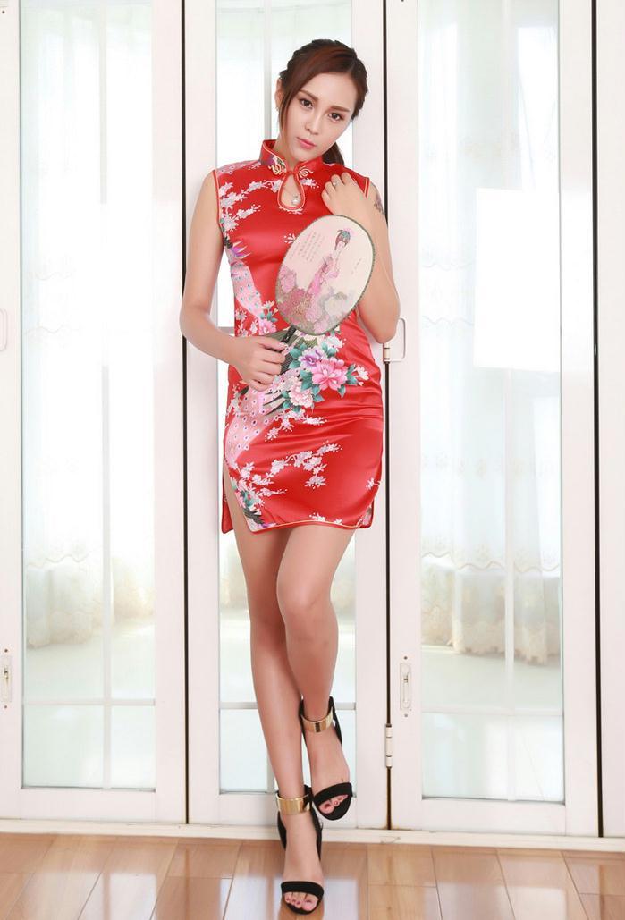 美腿模特红色旗袍似扇中美人