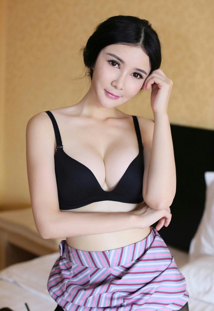 空姐女神顾欣怡惊现空港秀股沟