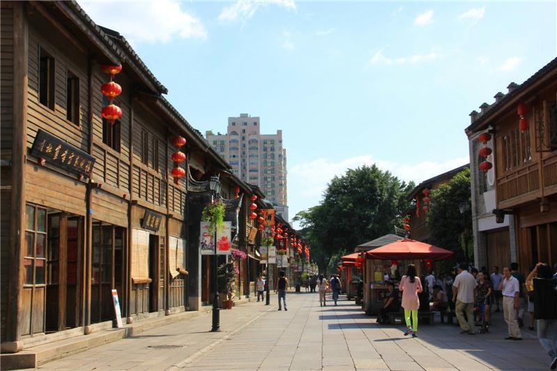 三坊七巷起于晋,成于唐五代,至明清鼎盛,古老的坊巷格局至今基本保留完整,是中国都市仅存的一块里坊制度活化石。它由三个坊、七条巷和一条中轴街肆组成,分别是衣锦坊、文儒坊、光禄坊;杨桥巷、郎官巷、塔巷、黄巷、安民巷、宫巷、吉庇巷和南后街,因此自古就被称为三坊七巷。如今的三巷七坊聚集了许多福州的老字号小吃和传统工艺品,好不热闹。